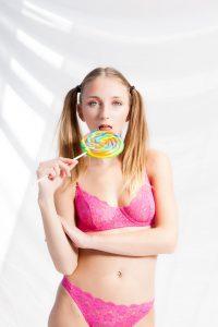 Camsrating Macy Meadows licks lollipop